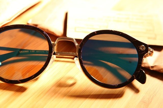 Round sunglasses ooze classic style.